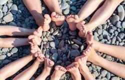 Les pieds figurent un cercle sur la plage Image stock