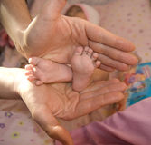 les pieds nés remet à sa mère s neuf Images stock