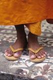 Les pieds Phnom Penh, Cambodge du moine Photos stock