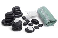 Les pierres d'isolement de massage ont placé avec du sel et des serviettes Image libre de droits
