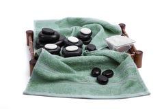 Les pierres d'isolement de massage ont placé avec les bougies, le sel et les serviettes Photographie stock libre de droits