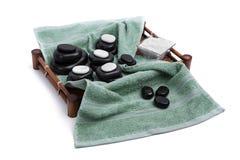 Les pierres d'isolement de massage ont placé avec les bougies, le sel et les serviettes Images libres de droits