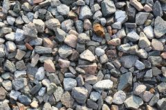Les pierres de granit se ferment du côté des voies ferrées photographie stock libre de droits