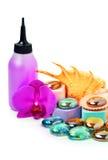 Les pierres de station thermale, le coquillage, l'éponge de bain et une orchidée fleurissent Image libre de droits