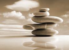Les pierres empilent, style de zen, couleur de sépia Photographie stock