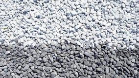 Les pierres grises de cailloux de gris bleu ont arrondi de l'érosion côtière photos libres de droits