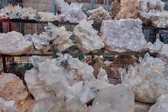 Les pierres minérales de quartz en cristal sur les étagères dans la montagne locale font des emplettes image libre de droits