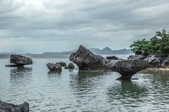 Les pierres rocheuses se tiennent dans le bas-fond de mer au jour nuageux image libre de droits