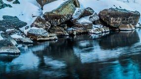 Les pierres s'approchent de l'eau Photo stock
