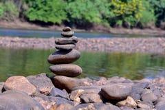 Les pierres sont empilées le long de la rivière image libre de droits