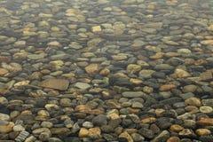 Les pierres sous l'eau Images libres de droits