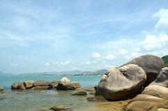 Les pierres sur la plage en parc Photo libre de droits