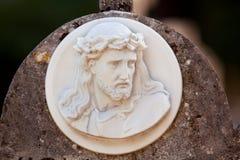Les pierres tombales de vintage marbrent le monument dans le vieux cimetière de ville Image libre de droits