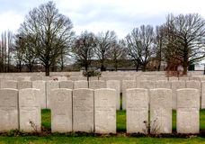Les pierres tombales de WWI des tombes dans le cimetière de Lijssenhoek, Flandre met en place Photographie stock libre de droits