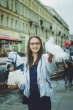 Les pigeons blancs se reposent sur les mains d'une fille photos libres de droits