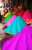 Les piles colorées de la poudre de holi teignent au marché de Mysore Photos libres de droits
