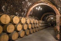 Les piles de barils de vin ont rempli de vieillissement de vin rouge dans les tunnels souterrains de la région de vin de Duero de images libres de droits