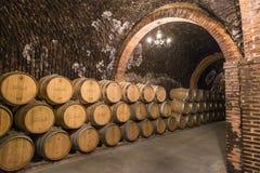 Les piles de barils de vin ont rempli de vieillissement de vin rouge dans les tunnels souterrains de la région de vin de Duero de Photographie stock