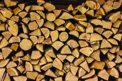Les piles de bois de chauffage ont empilé ensemble le fond texturisé image libre de droits