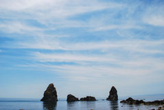 Les piles de mer d'Acitrezza en Sicile image stock