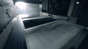 Les piles de papier obtiennent publiées sur la bande de conveyeur banque de vidéos