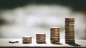 Les piles de pièce de monnaie pour intensifient des affaires croissantes au bénéfice et au concept d'économie d'argent photo stock