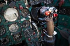 Les pilotes regardent l'habitacle d'avion de MIG Photographie stock libre de droits