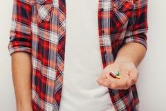 Les pilules, les comprimés et les drogues amassent dans la main de l'homme Images stock