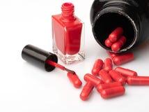Les pilules m?dicales et les capsules rouges et blanches avec la m?decine sont sur un fond blanc photos libres de droits