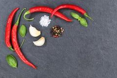 Les piments d'un rouge ardent de poivrons de piment faisant cuire le copyspace d'ingrédients slate Images libres de droits