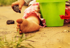 Les pincements des enfants sur le sable chaud Image libre de droits