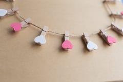 Les pinces à linge avec des coeurs sont bloc-notes Papier bleu de fond Photos libres de droits