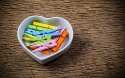 les pinces à linge dans la forme de coeur roulent, concept de valentine Images libres de droits