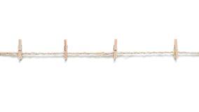 Les pinces à linge en bois sur la corde renvoient, sur le fond blanc, l'isolat Photographie stock