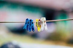 Les pinces à linge en plastique, le crochet de blanchisserie, coloré, chevilles, en dehors de, ont accroché, sur la corde, ensole photos stock