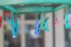 Les pinces à linge ou les pinces à linge accrochent sur une corde Photo libre de droits