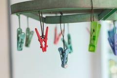 Les pinces à linge ou les pinces à linge accrochent sur une corde Photographie stock libre de droits