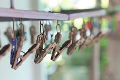 Les pinces à linge ou les pinces à linge accrochent sur une corde Pinces à linge en plastique Photos stock