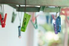 Les pinces à linge ou les pinces à linge accrochent sur une corde Pinces à linge en plastique Image libre de droits