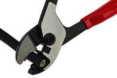 Les pinces combinées de coupe de fil avec le caoutchouc noir ont isolé le câble de trois-noyau dans les mâchoires ouvertes photo stock