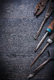 Les pinces métalliques de ciseau à froid de mètre de vintage râpent le copyspace Photo stock