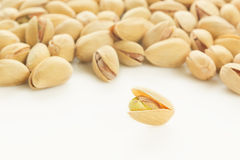 Les pistaches sur le fond blanc Photos libres de droits