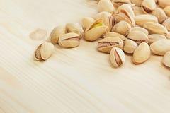 Les pistaches sur le fond en bois Photographie stock