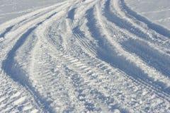 Les pistes des entraîneurs dans la neige Image libre de droits
