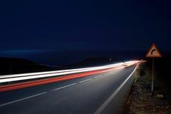 Les pistes légères de vitesse s'approchent de l'océan Photos stock