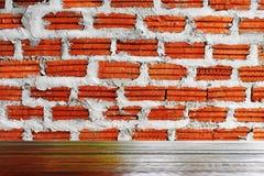 Les planchers en bois et les murs de briques rouges conviennent pour l'usage comme fonds d'image images stock