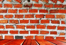 Les planchers en bois et les murs de briques rouges conviennent pour l'usage comme fonds d'image images libres de droits