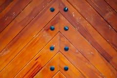 Les planches du bois avec du fer rivette le fond Photo stock
