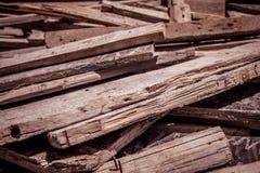 Les planches en bois ont jeté en l'air dans la poubelle de déchets photos libres de droits