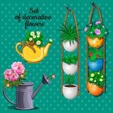 Les plantes ornementales ont placé, les pots, la boîte d'arrosage et le vase Photo libre de droits